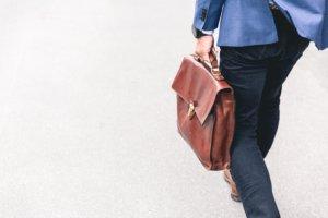 בתמונה: איש עסקים עם מזוודה