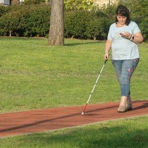 תמונה של משתמשת שלנו עושה שימוש באפליקציה בפארק הרצליה