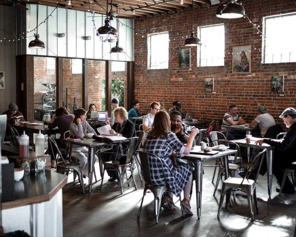 תמונה של אנשים יושבים בבית קפה