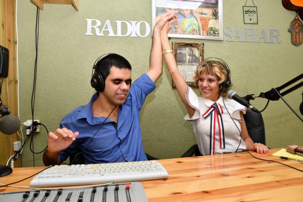 מזל וערן אוזן מרימים ידיים באולפן רדיו סהר
