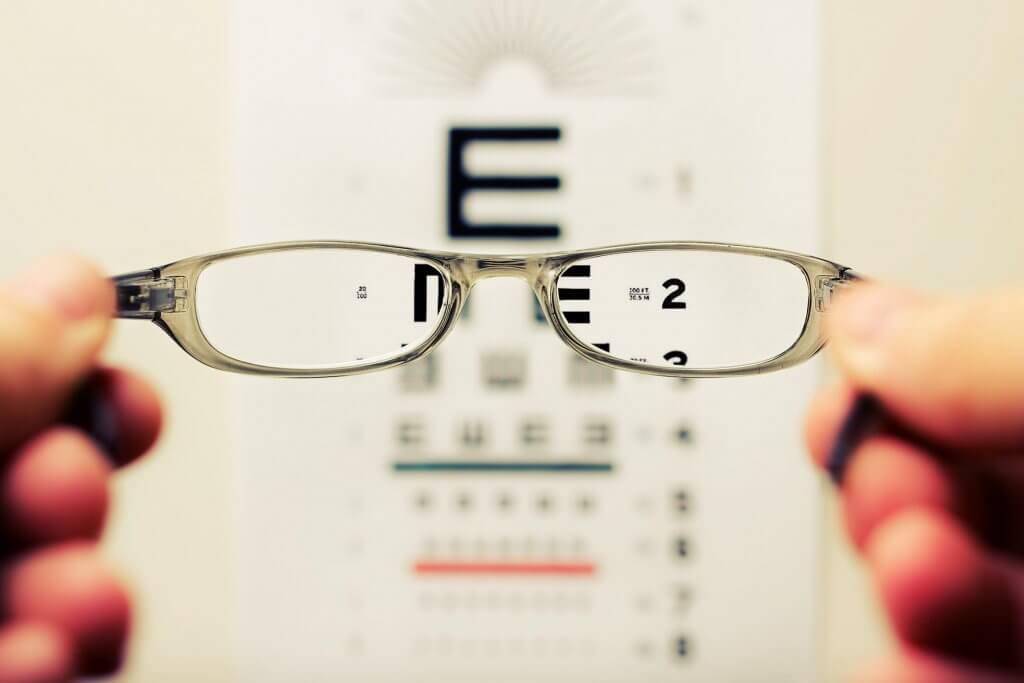 משקפיים על רקע של בדיקת ראייה